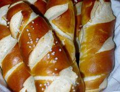 Für die Laugenstangerl aus Mehl, Hefe, Zucker, Salz, 630 ml lauwarmes Wasser und…