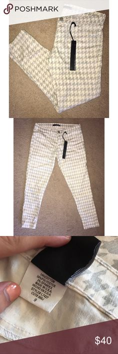 """Flying Monkey Houndstooth Cropped Skinny Jeans NWT Flying Monkey Brand New Cropped Skinny Jeans in perfect condition. Grey and White houndstooth print. Size 9 or 28""""-29"""" waist size. Flying Monkey Jeans Ankle & Cropped"""
