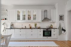 Köket passar väl in i denna sekelskiftestrea Scandinavian Interior Design, Home Interior Design, Kitchen Dining, Kitchen Cabinets, Dining Room, Flat Ideas, Classic White, Kitchen Interior, Decoration