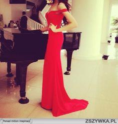 piękne ciało, czerwona sukienka, czarny fortepian