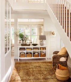 Recibidor con escalera, mueble bajo organizado con cestas