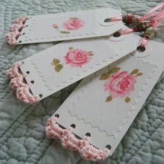 Barradinho de crochê em tags que podem estar acompanhados que alguma lembrança, mala, ou decoração em geral.