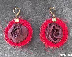 Boucles d'oreille dormeuses rondes réversibles en tissus variés bordeaux et rouge, tulle organza et vinyle. Made by Lunabellune
