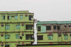 Inwoners van een wooncomplex in de Bangladese stad Sylhet worden geëvacueerd. Het pand werd bestormd door het leger omdat islamitische extremisten zich er schuilhielden.