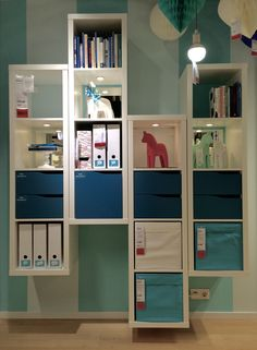With a couple of KALLAX cabinets on different height next to each other you create a unique piece of furniture. #IKEA #interiordesign #JanineJacobs