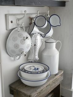 precioso conjunto / nice display of white enamel kitchen ware. Luvely luk Precioso Conjunto / Nice Display of white enamel kitchenware. Vintage Enamelware, Vintage Kitchenware, Vintage Kitchen Decor, Wooden Kitchen, Vintage Bowls, Kitchen Cupboards, Kitchen Items, Kitchen Ware, Country Decor