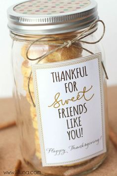 Cake Batter Snickerdoodles Thankful for Friends like You Gift Idea - CUTE! Such an easy idea - fill with delicious cake batter snickerdoodles, add your tag and ribbon and it's ready! Mason Jar Gifts, Mason Jar Diy, Diy Cadeau, Cookie Packaging, Christmas Cookies Packaging, Packaging Ideas, Gift Packaging, Neighbor Gifts, Thank You Gifts