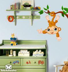 El mono más simpático que podrás encontrar en la selva. Tiene muchas ganas de jugar y hacer nuevos amigos. Colgado de una rama nos mira con su mejor sonrisa. ¿Quieres jugar con él? Vinilo infantil perfecto para zonas altas y esquinas entre paredes. #decoracion #teleadhesivo