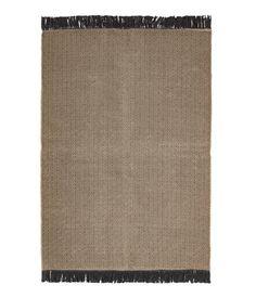 Natur/Antracitgrå. En stor, jacquardvävd matta i jute- och bomullsblandning. Mattan har fransar längs med kortsidorna.