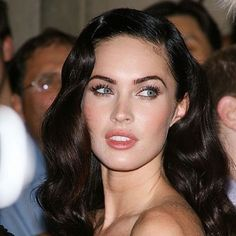 Fox takes a modern approach to glamour. She loosens up Rita Hayworth waves and keeps her makeup soft and peachy. Black Hair Pale Skin, Pale Skin Makeup, Dark Hair, Hair Makeup, Edgy Makeup, Megan Fox Face, Megan Fox Makeup, Megan Fox Eyebrows, Megan Fox Hot