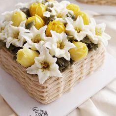 #buttercreamlily & tulips on #basketflowercake. advanced course 3th. Done by students. - - #flowercake #koreanflowercake #buttercream #buttercreamflowers #koreanbuttercreamflower #transparentbuttercream #hkfoodie #flowercupcakes #flowercakeclass #buttercreamflowercakes #glossybuttercream #decorationcake #baking #cake #ggcakraft #지지케이크 #지지케이크라프트 #플라워케이크 #투명버터크림 #버터플라워케이크 #버터크림 #韩式裱花 #裱花 #花 #花ケーキ #ケーキ #蛋糕 #cakebunga