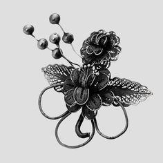 Broșă din argint lucrată în filigran. Este un buchet de flori ce se poate asorta cu usurință la orice tinută clasică sau office.