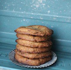 Jeg er vild med cookies, elsker det sprøde ydre og den bløde midte. Disse cookies med daim er blandt cookie-favoritterne, synes daim har en smag og konsistens, der passer perfekt i en lækker cookiedej! De er supernemme at lave og kan med garanti imponere derhjemme eller blandt kollegerne.  Føl....