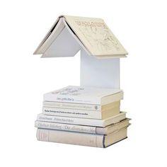 Readers Nest on yksinkertainen mutta nerokas pieni hylly kaikille kirjojen ystäville. Ei enää koirankorvilla olevia kirjan sivuja kiitos tämän fiksun hyllyn, jossa voit säilyttää lukemaasi kirjaa. Helppo laittaa sinne, missä luet: lempinojatuolin, sängyn tai vaikka riippumaton viereen puuhun.