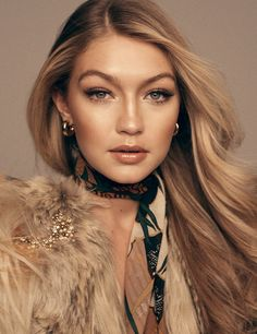 Silk scarf for glam look as seen on Gigi Hadid | Pañuelo de seda para un atuendo glamuroso como se ve en Gigi Hadid