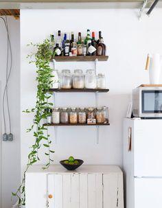 A Book-Filled Loft in Toronto Toronto, Small Living, Living Spaces, Casa Milano, Mini Loft, Design Industrial, Minimal Kitchen, Style Deco, Kitchen Shelves