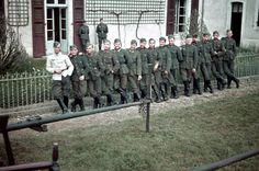Soldaten vor ihrem Quartier im besetzten Polen. Anfang 1941