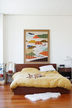 gosto do wall art, headboard e banquinho com quadro na lateral.