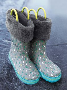 Des bottes en caoutchouc qui changent de couleur quand il pleut : trop magique ! Le plus : la chaussette amovible en polaire pour avoir bien chaud ! Collection Automne-Hiver 2016 - www.vertbaudet.fr