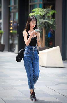 微博 Fashion Shoot, Jeans Style, Fasion, Mom Jeans, Street Style, Pants, Beauty, Trouser Pants
