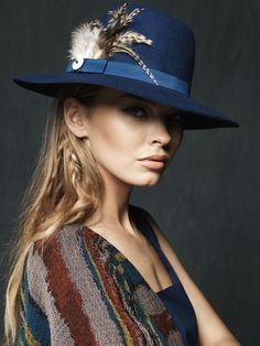 La elegancia del sombrero Wapi completa tu look tribal creado con collares, brazaletes y otros accesorios. Fieltro azul, plumas de gallo, combinación para un diseño único y una producción 100% handmade.