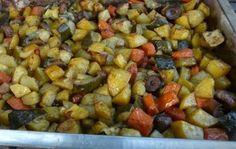 Receptbázis - Zöldséges, tepsis krumpli - krumpli (személyenként 3-4 közepes),2 db sárgarépa,1 cukkini,gomba ízlés szerint,olívaolaj,só, bors vagy fűszerkeverék,1-2 dl víz, - répát megpucoljuk,zöldségeket nagyobb,fűszerekkel együtt,fóliát addig,teteje megpirul,, A krumplikat, gombát és a répát megpucoljuk, megmossuk a cukkinit. A zöldségeket nagyobb kockákra vágjuk, beletesszük a tepsibe, meglocsoljuk olívaolajjal, és a fűszerekkel együtt átforgatjuk. Aláöntjük a vizet. Lefedjük alufóliával… Dog Food Recipes, Bacon, How To Make