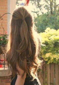 Puedes variar la forma de usar el cabello suelto, haciéndote media cola y dejando lo demás suelto de veras súper natural