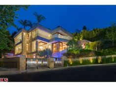 Luxury Portfolio International hosts luxury real estate and luxury homes for many of the world's most powerful independent luxury brokerages. Beverly Hills, Swimming Pool Photos, Private Viewing, Luxury Portfolio, Rooftop Pool, Expensive Houses, Mansions Homes, 6 Photos, Luxury Real Estate