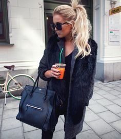 Celine bag in the city with adorable comfy coat - Winter Outfits Looks Style, Style Me, Black Style, Red Make Up, Look Fashion, Fashion Beauty, Sweater Weather, Modelos Fashion, Mein Style