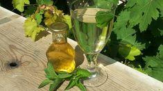 Máte plnou zahradu voňavé máty peprné a nové lístečky pořád dorůstají? Zkuste si udělat podle našich receptů skvělý domácí mátový sirup. Flute, Glass Vase, Champagne, Tableware, Food, Decor, Eye, Drinks, Home Remedies