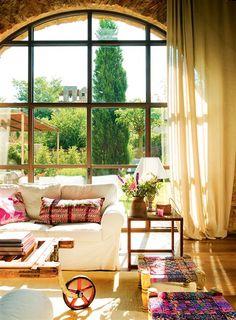 Salón con gran ventanal hacia el jardín