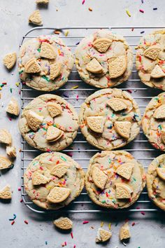 These golden birthday cookies are the perfect altnerative to birthday cake. They're full of funfetti flavor and topped with golden Oreos. Spice Cookies, Yummy Cookies, Sugar Cookies, Baby Cookies, Heart Cookies, Yummy Treats, Funfetti Kuchen, Funfetti Cookies, Birthday Cake Alternatives