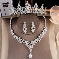 Wedding Accessories For Bride, Wedding Jewelry For Bride, Bridal Jewelry Sets, Jewelry Party, Hair Jewelry, Kawaii Charms, Silver Headband, Bridal Tiara, Bridal Crown