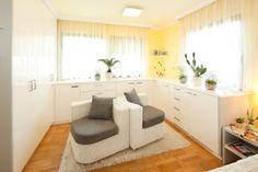 Gemütliches Schlafzimmer. Optimale Möglichkeit, Wäsche und Garderobe elegant zu verstauen. Die Oberfläche wurde aus handpoliertem, weißem Lack gefertigt.