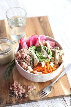 Recette végétarienne - Le poke bowl veggie consiste à rassembler dans un bol tous les éléments d'un plat équilibré végétarien: des légumineuses, des céréales, des légumes crus e