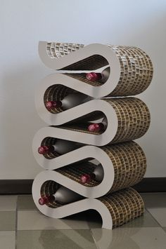 Mobile porta vino dal Design SWING. Il mobile è realizzato con cartone nidopan, materiale ecologico e resistente.