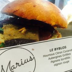 Sandwich bun's Houmous citron coriandre Aubergines grillées  Pignons de pin torréfiés Oignon rouge
