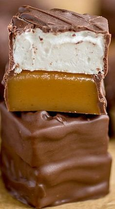 These dreamy Caramallows candies have a soft, buttery caramel layer, topped with fluffy homemade marshmallows and are all dipped in a sweet chocolate coating. Caramel Recipes, Fudge Recipes, Candy Recipes, Sweet Recipes, Dessert Recipes, Holiday Baking, Christmas Baking, Christmas Candy, Bonbon