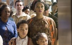 Janelle, no papel de Mary Jackson em 'Estrelas além do tempo'. Ela se tornou a primeira engenheira aeroespacial negra da Nasa (Foto: Divulgação)