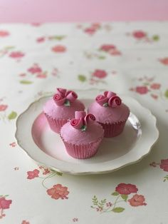 #CakeDecoratingUSA Pretty #Rose #Cupcakes Who could resist? #Issue4 http://www.mycakedecorating.com/