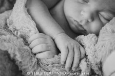 newborn photo shoot by Thais Coutinho