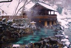 Горячие источники в Японии Существует более 2000 горячих источников, использующихся для купания. Онсэны бывают открытыми, когда купание происходит в естественном водоёме, заполненном горячей водой из источника, и закрытыми, когда горячей минеральной водой наполняют специальные ванны офуро.