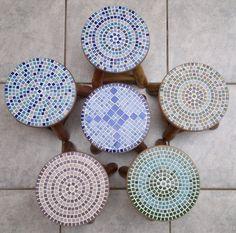 Banquinhos de madeira com mosaico