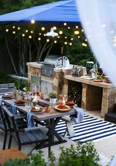 Outdoor dining spaces don't have to feel sub par. Don't miss this gorgeous back patio outdoor dining space and ideas for beautiful outdoor entertaining! Outdoor Rooms, Outdoor Dining, Outdoor Gardens, Outdoor Decor, Parrilla Exterior, Casa Top, House With Porch, Outdoor Kitchen Design, Home Design