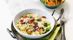 Recept på brynt brysselkålsrisotto med jägarbacon. Krämig risotto med rostad kål och knaprigt bacon. Köp färdig-riven ost för att göra det extra enkelt.