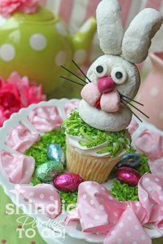 A sweet little Easter Bunny made from powdered donuts. http://www.tipjunkie.com/post/easter-cake/