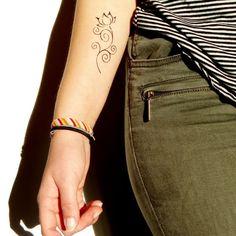 Tatouage sur le bras d'une fleur de lotus
