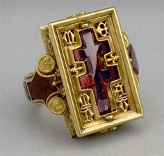 """Reliquary ring from the Thame Hoard. The Thame Hoard is made up of five medieval gold rings and ten silver groats – It was found on the edge of the River Thame in by a couple walking their dog. Renaissance Jewelry, Medieval Jewelry, Ancient Jewelry, Antique Rings, Antique Jewelry, Vintage Jewelry, Antique Gold, Archaeology, Gold Rings"