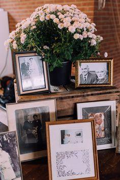 Fotohoekje met dierbare herinneringen // Foto: Svenja Photography // Girls of honour