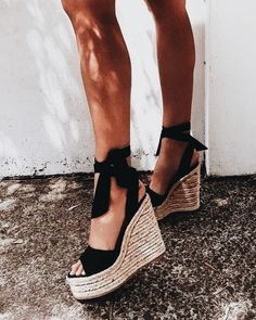 These Cute Platform Sandals Will Complete Your Summer Wardrobe J'aime les sandales plates-formes mignonnes comme celles-ci! Crazy Shoes, Me Too Shoes, Crazy High Heels, Shoe Closet, Summer Wardrobe, Summer Shoes, Summer Sandals, Spring Shoes, Winter Shoes